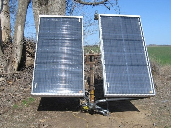Thermosiphoning water heater with solar tracking